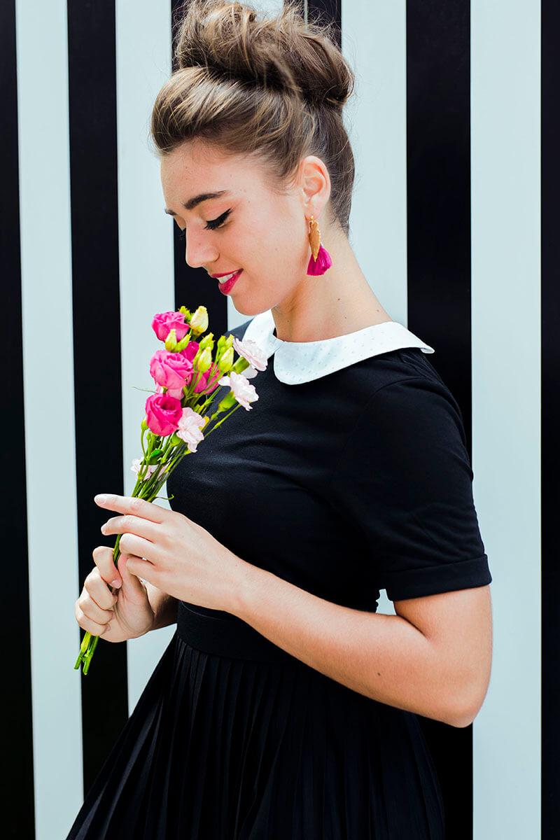 porter un col claudine amovible sur une robe noire