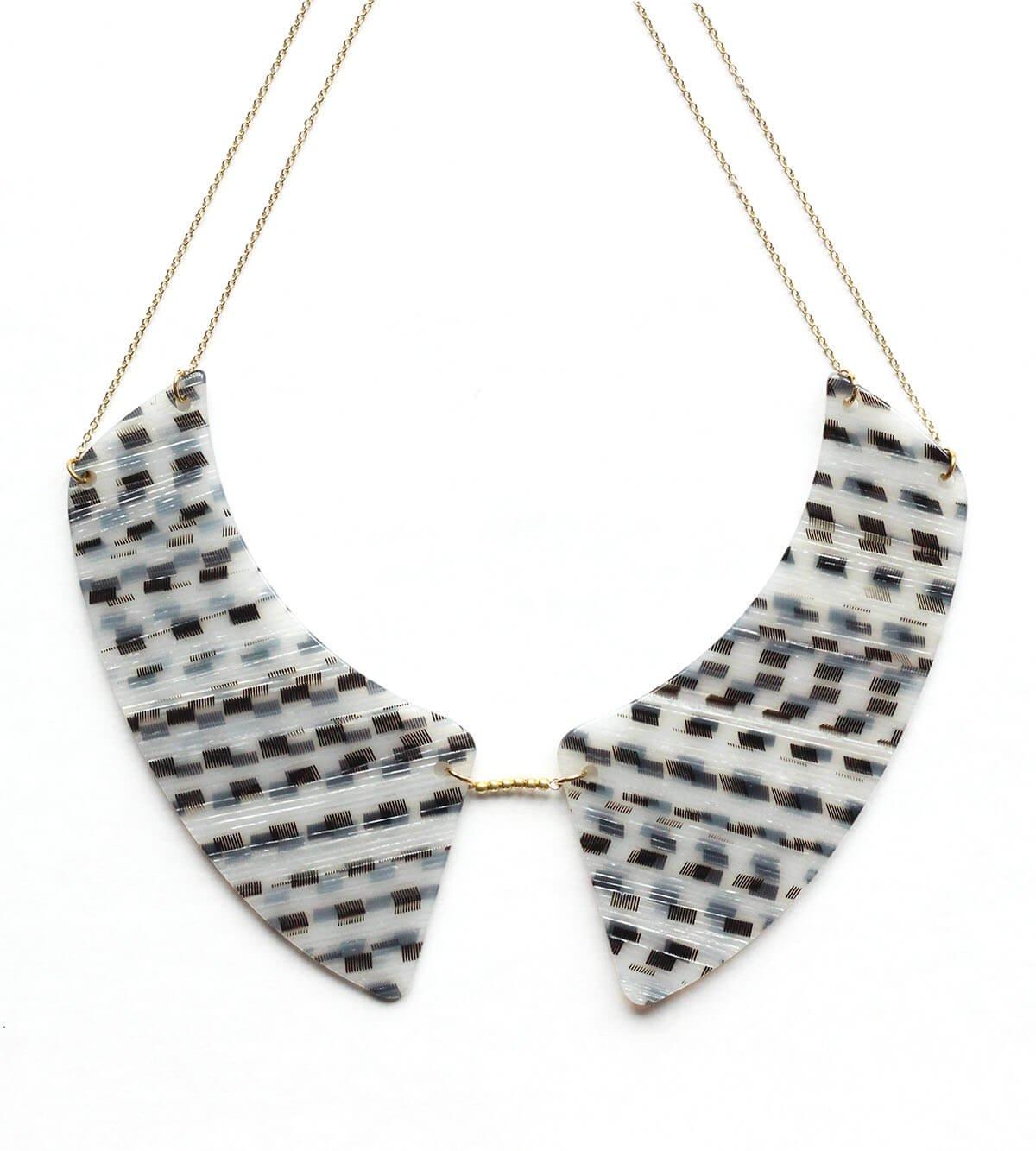 collier acétate graphique noir et blanc