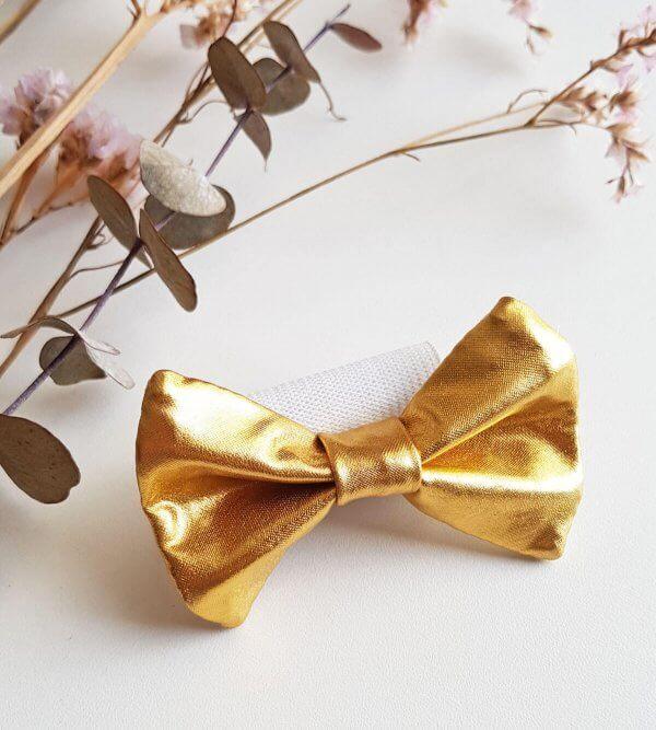 noeud doré pour soutien-gorge